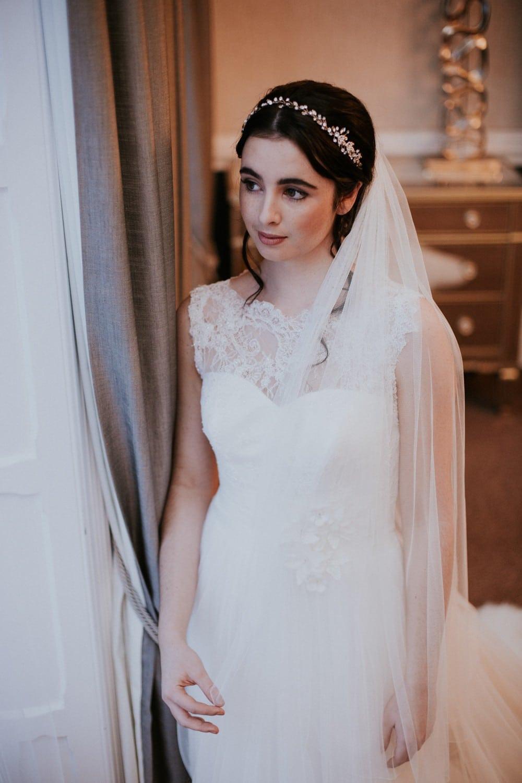 Bride wearing a simple plain wedding veil in fingertip length