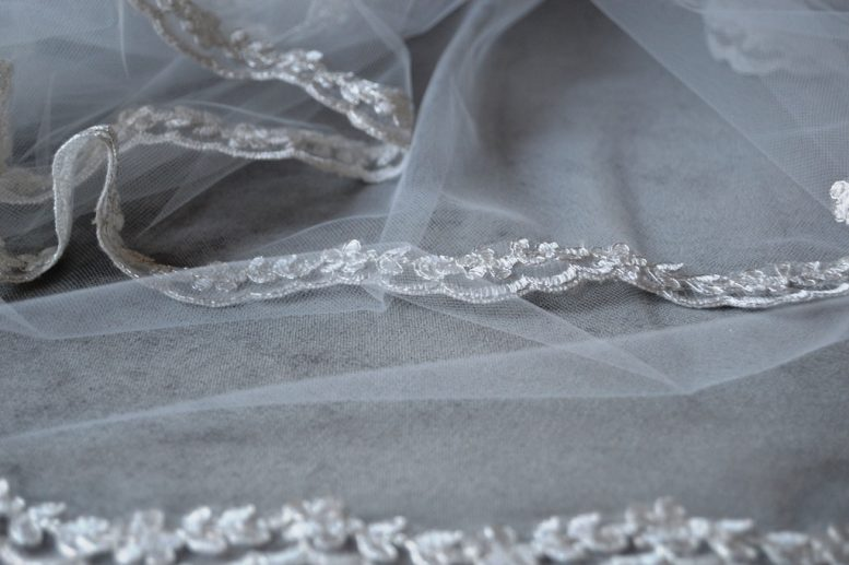 veil with narrow lace edging