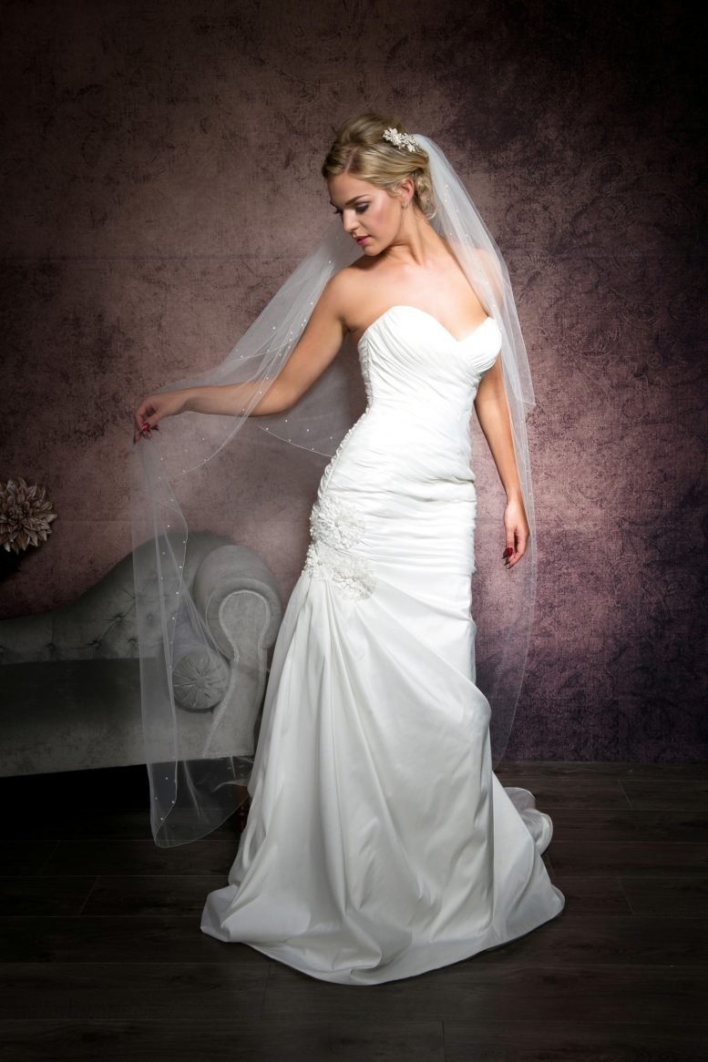 Bride weaing a pretty floor length veil with a simple edge