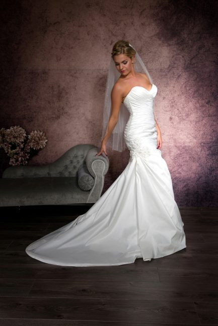 Lynsey – two layer hip length veil with pearls & diamantes