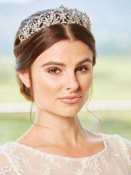 LT649 – Large diamante flower centre tiara in silver