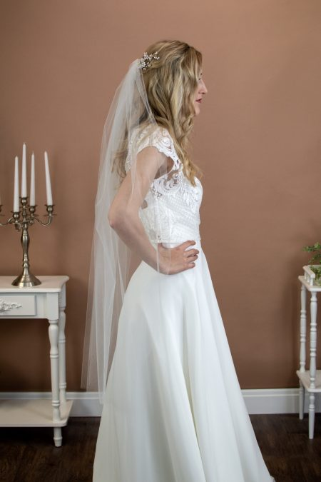 Tina - short one tier plain cut edge veil in fingertip length on bride